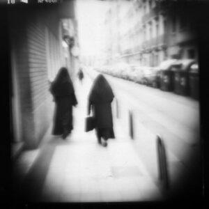 Freiras caminhando pela rua