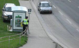 Policial se esconde atrás de abrigo de ônibus para aplicar multa