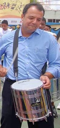 Sérgio Cabral tocando tambor